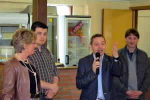 Étienne Sermon, président du CDH d'Andenne accueillant les participants avec, à sa droite, ses collègues Françoise Philippart et Christian Mattart